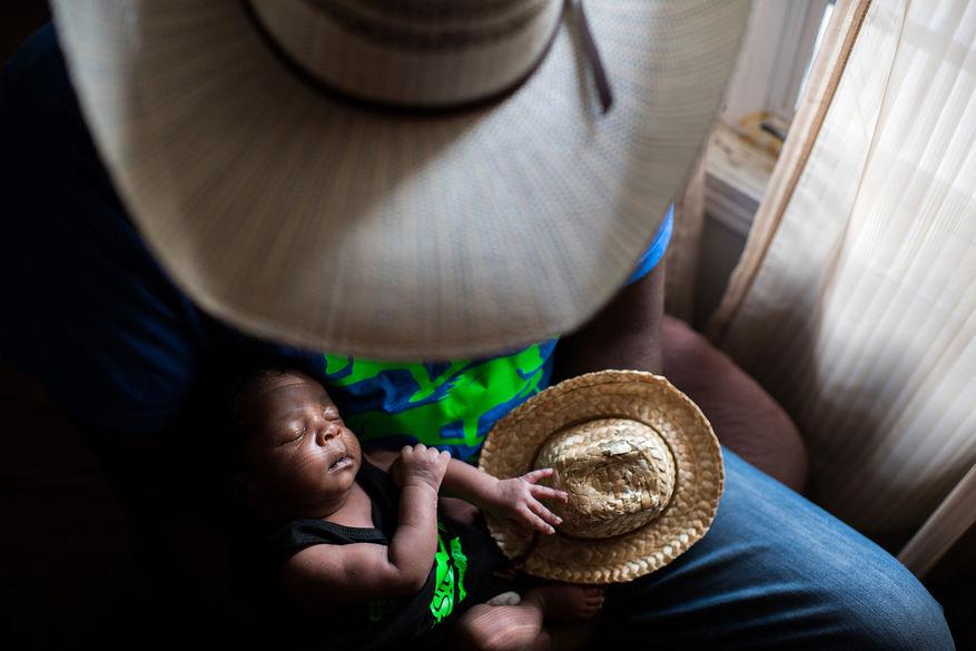 Nyfødte Jestin ønskes velkommen av faren Jessie hjemme i Cleveland, Mississippi. Det anslås at rett etter borgerkrigen i USA var hver fjerde cowboy afroamerikansk. Likefullt er denne delen av befolkningen kraftig underrepresentert i populære fremstillinger, og er det fremdeles. © Rory Doyle, USA, Winner, ZEISS Photography Award.
