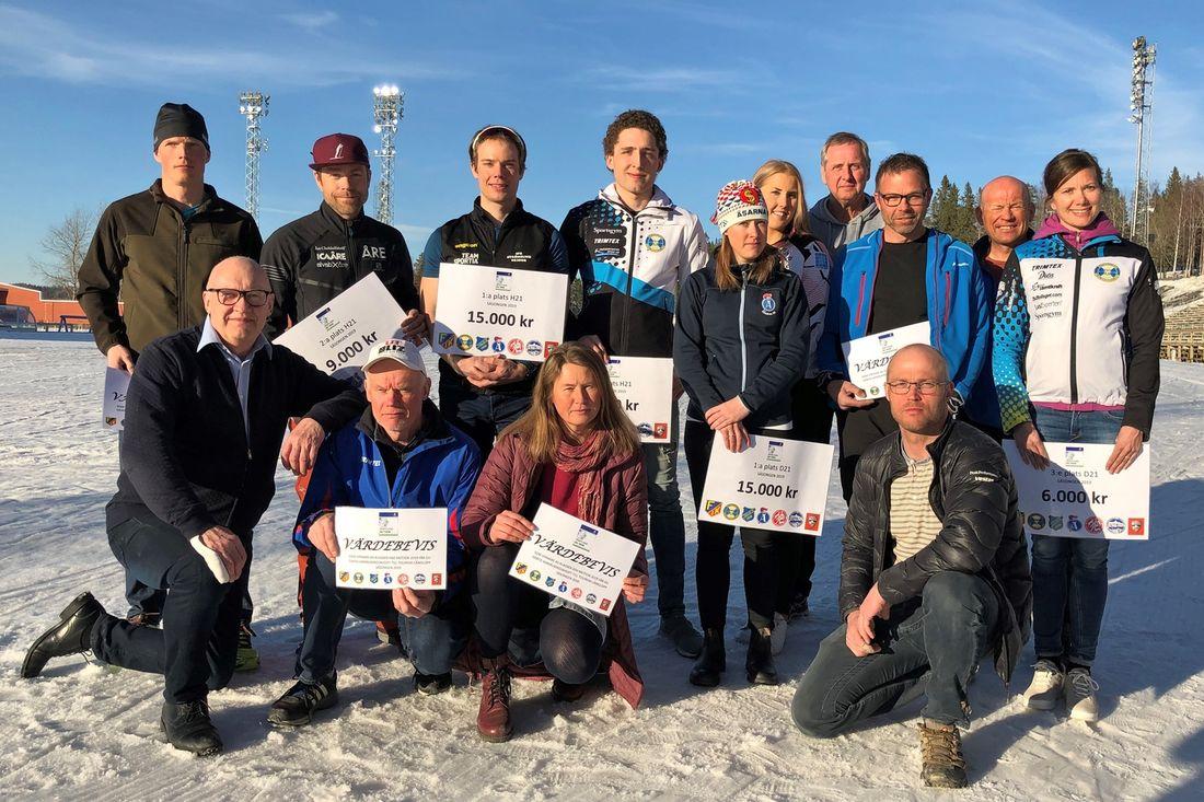 Samtliga klassvinnare och topp tre i seniorklasserna på JemtlandSkiTour tillsammans med arrangörerna.