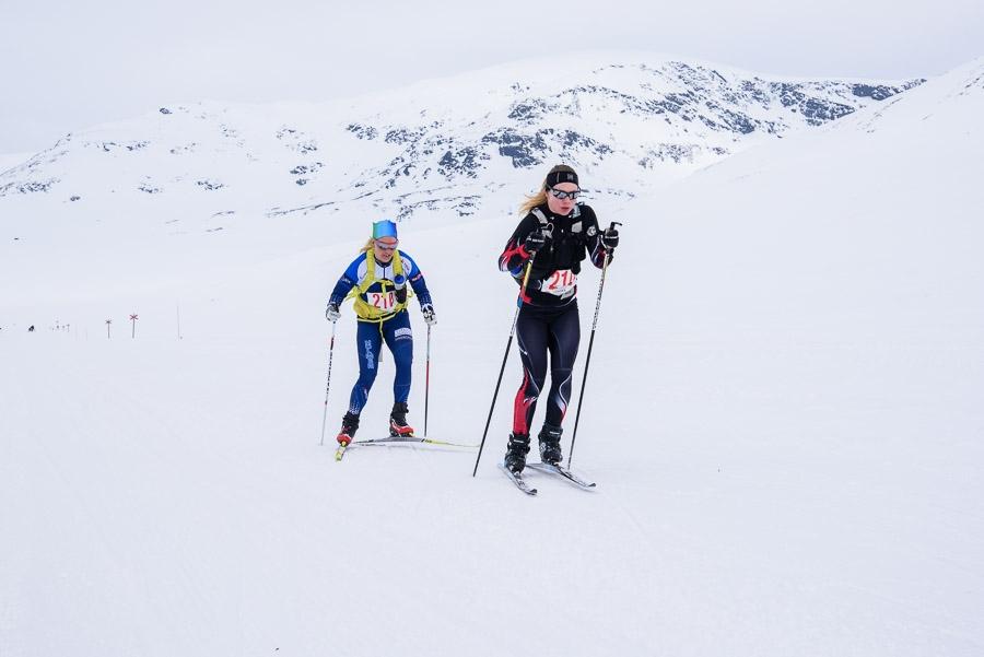 Josefina Vikberg och Sofia Lindberg, passerar genom Syterskalet på väg mot segern i damklassen. FOTO: Kungsledenrännet.