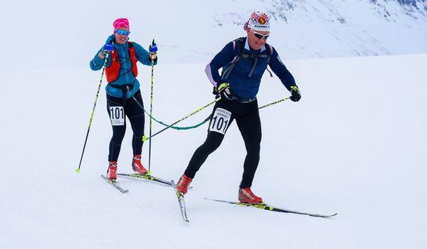 Lovisa och Jan Ottosson, på väg över Sjul-Olsaxeln, under Kungsledenrännet. FOTO:  Kungsledenrännet.