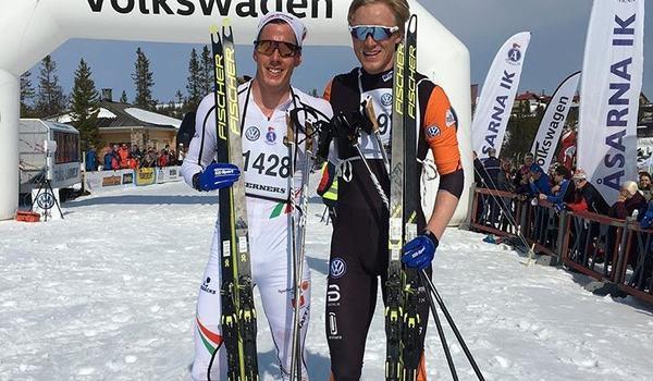 """Johan Häggström och Oskar Svensson efter tät kamp på """"Åk en mil vinn en bil"""" i Storhogna på långfredagen. Oskar tog segern den här gången. FOTO: Lasse """"Blixten"""" Jonsson."""