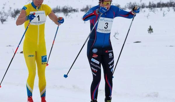 Ebba Andersson drar före Astrid Öyre Slind under Pilgrimsloppet på påskdagen. FOTO: Pilgrimsloppet.