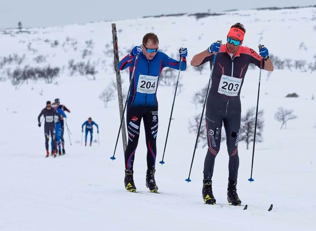 Oskar Kardin tätt före Fredrik Andersson. I mål var Kardin 16 sekunder före. FOTO: Pilgrimsloppet.