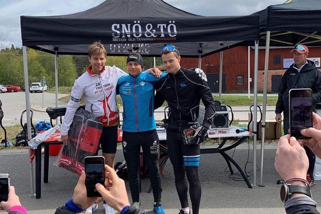 Topp tre på prologen för Snö & Tö Rullskidstour: Fr.v. trean Jonas Böhlmark samt Jonathan Hedbys och Marcus Look som delade segern. FOTO: David Holmström.