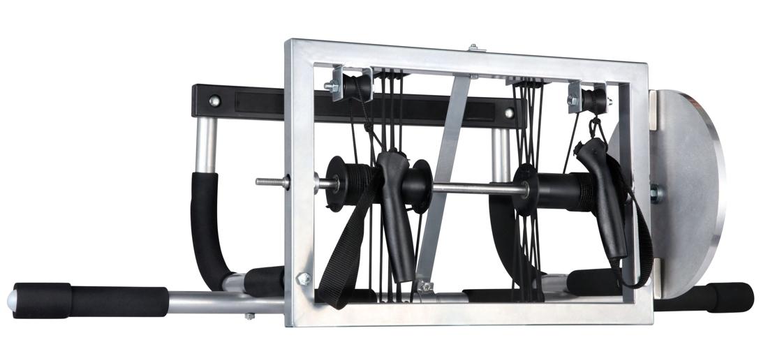 Inski XC Trainer är fäst på en pull-up bar som man fäster på ett lätt sätt i en dörrkarm. FOTO: Inski.
