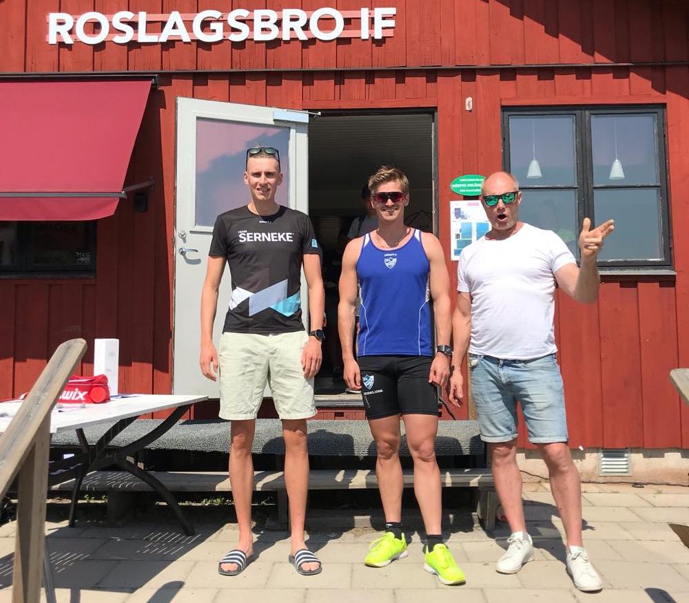 Spurtprisvinnarna Pontus Nordström och Victor Gustafsson med Janne Pettersson ur arrangörsstaben. FOTO: Rullskidgalejet.