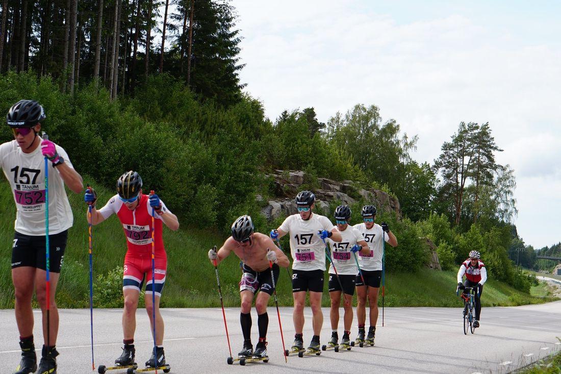 Tätklungan på Tanumsloppet. Slutsegraren Anton Karlsson hann ur bild men följs av Emil Persson, Ådne Gigernes, Axel Bergsten, Öyvind Moen Fjeld, Marcus Johansson och Andreas Holmberg. FOTO: Lager 157 Ski Team.
