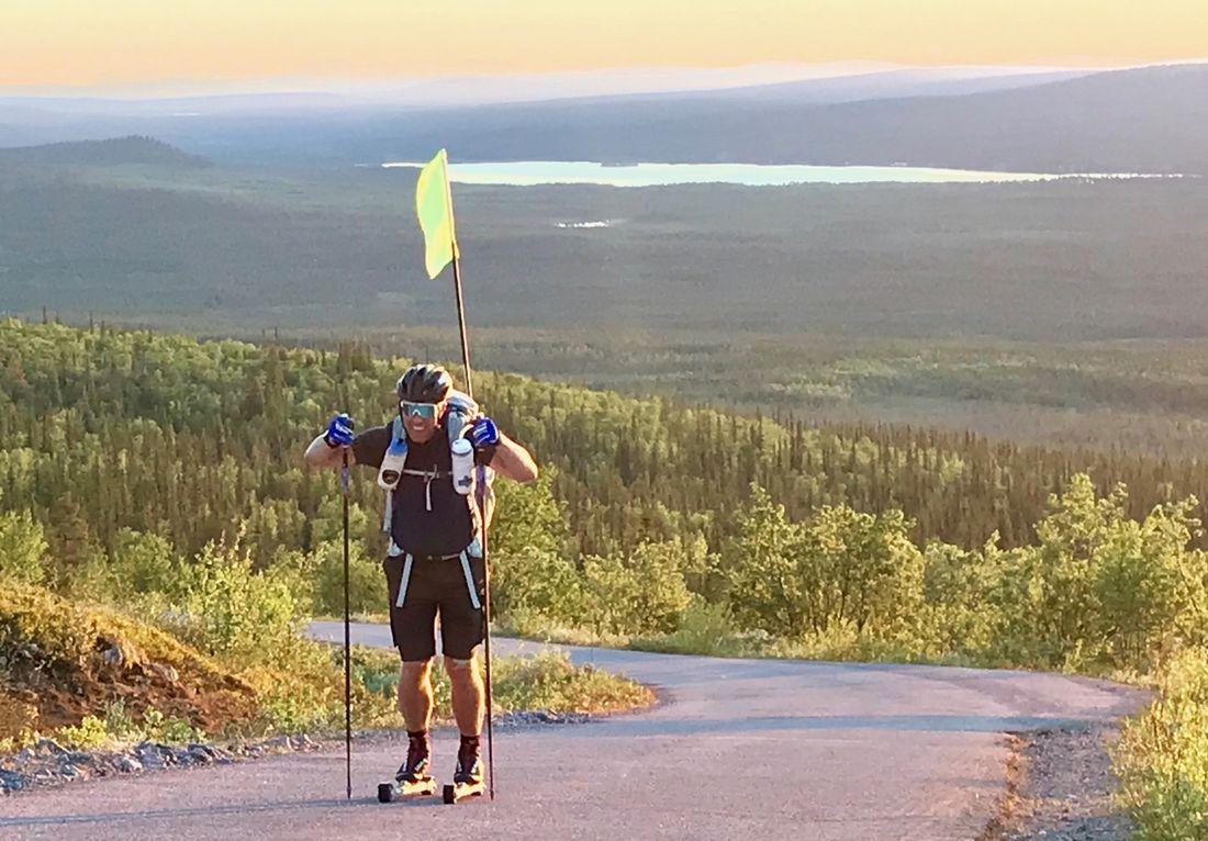 Nu har Fredrik Erixon kommit närmare 60 mil på sin väg genom Sverige på rullskidor.