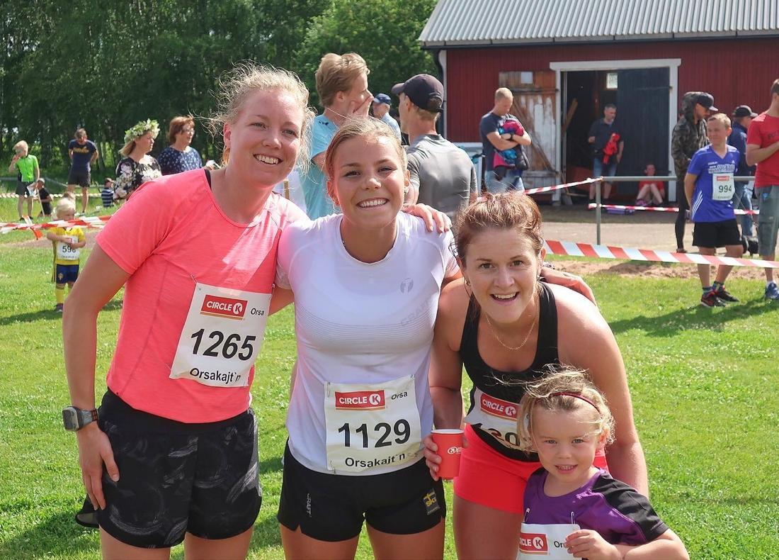 Topptre på damernas 6 kilometer. Fr.v. Trean Moa Larsson, ettan Johanna Hagström och tvåan Helene Söderlund. FOTO: Leif Söderlund.