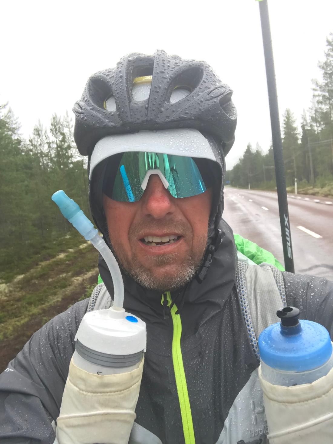 En trött, blöt och sliten Fredrik på väg mot Sveg på tisdagskvällen.
