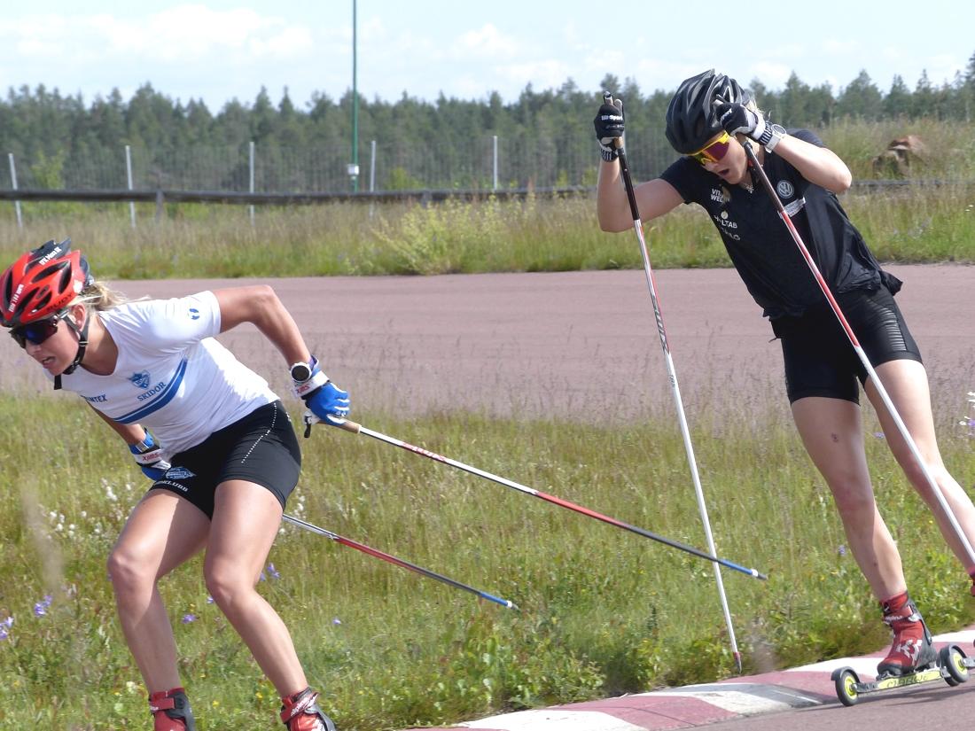 Stina i rygg på klubbkompisen Ida Dahl när de körde sprintträningen på gokartbanan vid IFK Mora SK:s midsommarläger. FOTO: Johan Trygg/Längd.se.