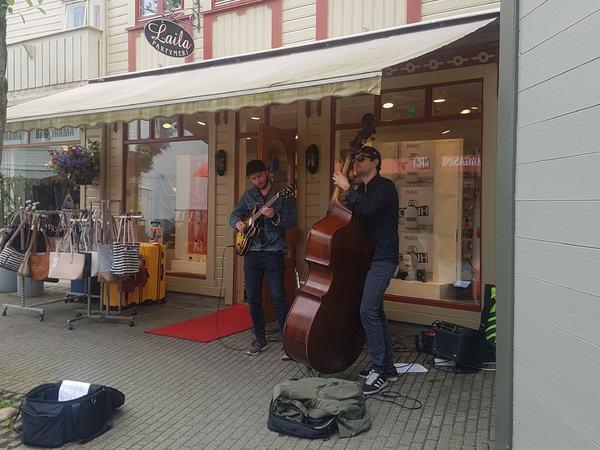 Gatemusikantene Julian Bøyum Muller og Oscar Harboe