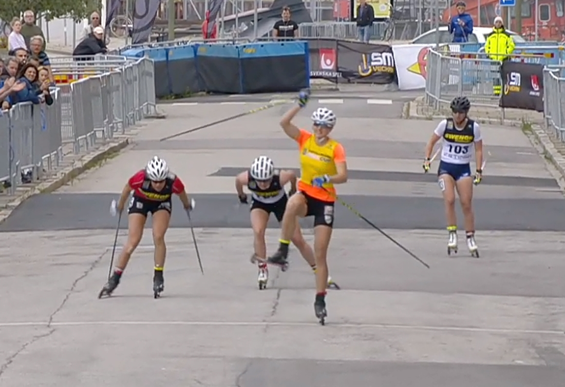 Linn Sömskar på ett ben över mållinjen före Maria Nordström, Jackline Lockner och Evelina Settling.  FOTO: Från SVT:s sändning.