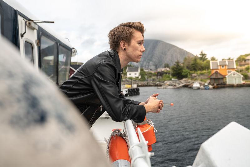 Lokalbåt - passasjer som står ved rekka ute_2