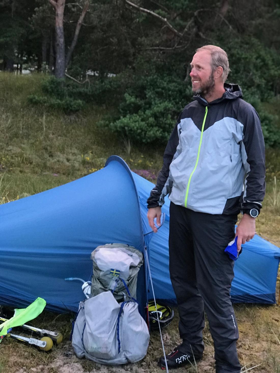 Fredrik bar med sig tältet på ryggen hela vägen.