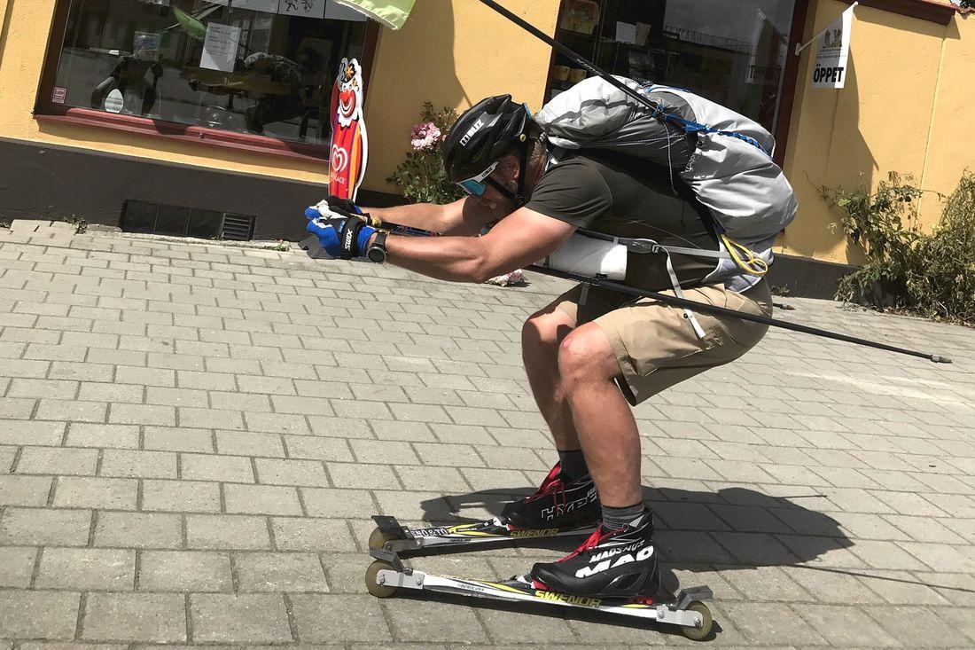 Här rullar Fredrik Erixon genom Tomelilla under sista dagen på sin 28 dagars rullskidresa genom Sverige.