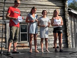 Topptrion på Vaajmaraton. Fr.v. Hedda Bångman tvåa, Laila Kveli etta och Elin Mohlin trea. Prisutdelare var världs- och OS-mästaren Frode Estil. FOTO: Jerry Ahrlin.