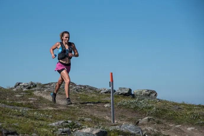Moa Lundgren i ensamt majestät på fjället. FOTO: Fjällmaraton.