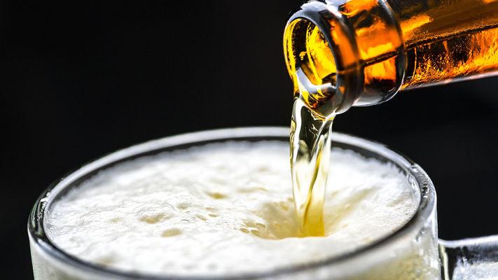 Øl som helles i glass