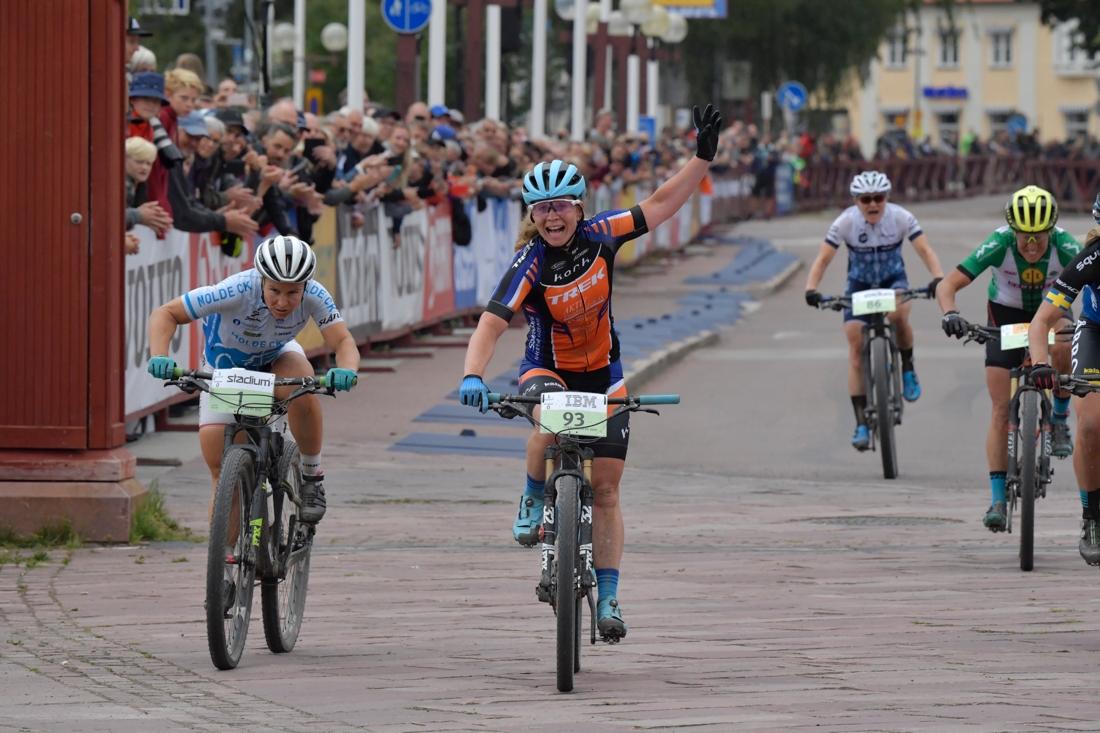 Elisabeth Sveum vann före Hildegunn Gjertrud Hovdenak och Jennie Stenerhag, utanför bild till höger. FOTO: Vasaloppet/Nisse Schmidt.