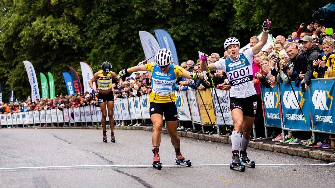 Linn Sömskar har vunnit alla deltävlingar i STS Roll Cup. Här spurten mot Hanna Falk på Alliansloppet i lördags. FOTO: Alliansloppet.