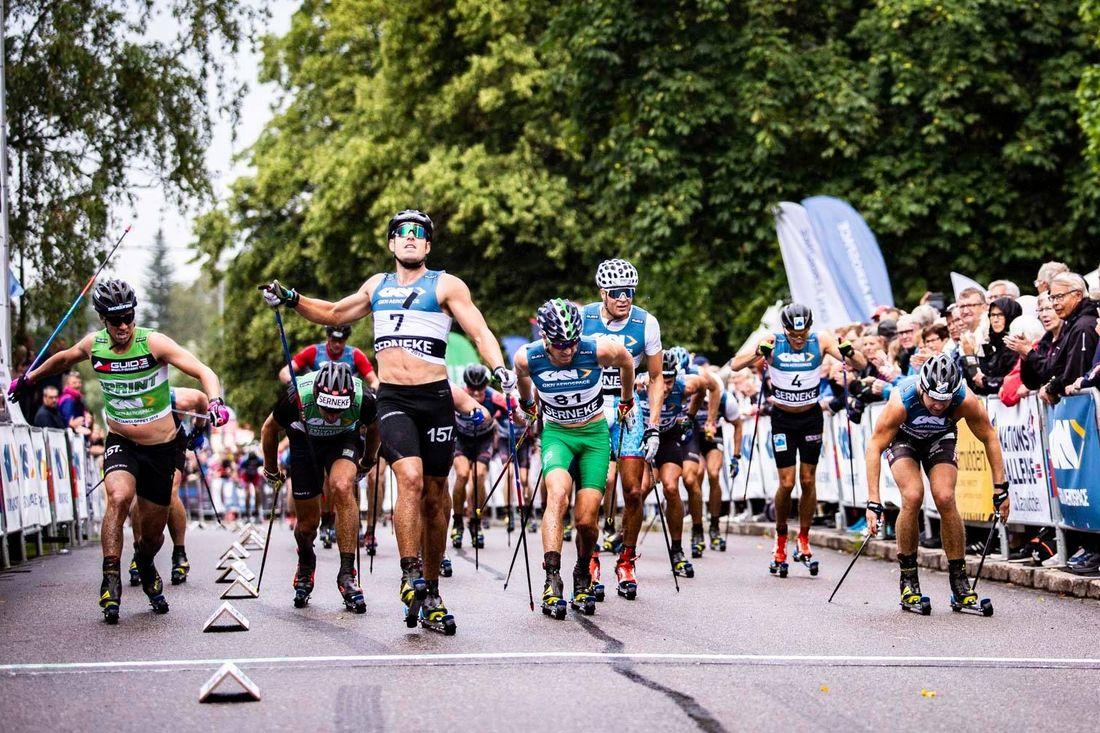 Anton Karlsson höjer näven i segergest efter att ha avgjort Alliansloppet i spurten. FOTO: Alliansloppet.