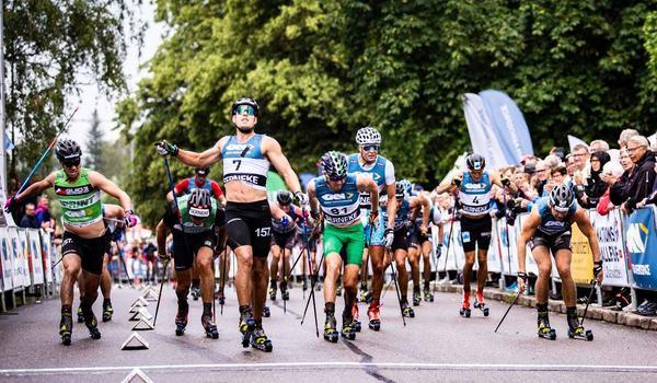 Anton Karlsson korsade mållinjen först på Alliansloppet men diskades precis som Emil Persson, trea i mål med den gröna västen. Båda åkte i varvningsfilen på upploppet. FOTO: Alliansloppet.