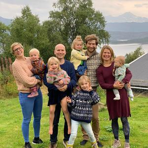 Elisabeth Richter og Josef Dahlgren med barn og Dan og Eva Skoglund med barn_654x800