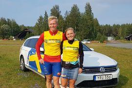 Alfred Buskqvist och Julia Angelsiöö leder STS Roll Cup efter helgens tävlingar i Åmsele. FOTO: Svenska skidförbundet.