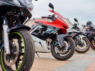 Moped og motorsykkel parkert i Egersund
