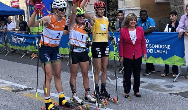 Linn Sömskar tillsammans med Olga Letucheva och Alena Prochazkova efter sprintfinalen i italienska Trento. FOTO: Svenska skidförbundet.