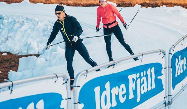 Idre Fjäll öppnar för längdåkning redan 11 oktober. 3-8 november förlägger norska juniorlandslaget ett träningsläger på destinationen. Här ser vi skidskytten Simon Hallström och Jenny Solin träna på tidig snö på Idre Fjäll i fjol. FOTO: I