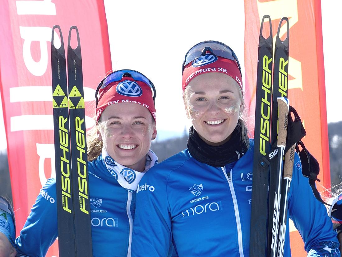 Anna Dyvik och Stina Nilsson tränar med herrlandslagsåkarna i Idre kommande vecka. Här är duon efter guldet på SM-sprintstafetten i våras. FOTO: Johan Trygg/Längd.se.