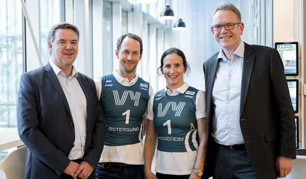 Anders Södergren och Marit Björgen är ambassadörer för Ski Tour 2020. Här med representanter för tåg- och bussbolaget Vy som är tourens huvudsamarbetspartner. FOTO: Mads Kristiansen, Vy.