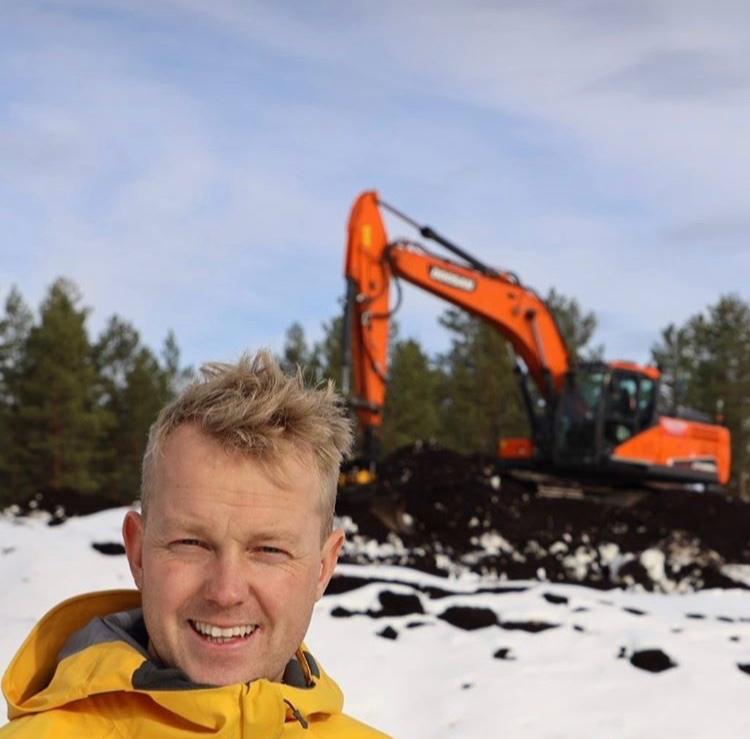 En glad Marcus Laggar, sportchef i Orsa Grönklitt, ser fram emot att ta emot längdåkare när säsongen startar under lördagen. FOTO: Orsa Grönklitt.