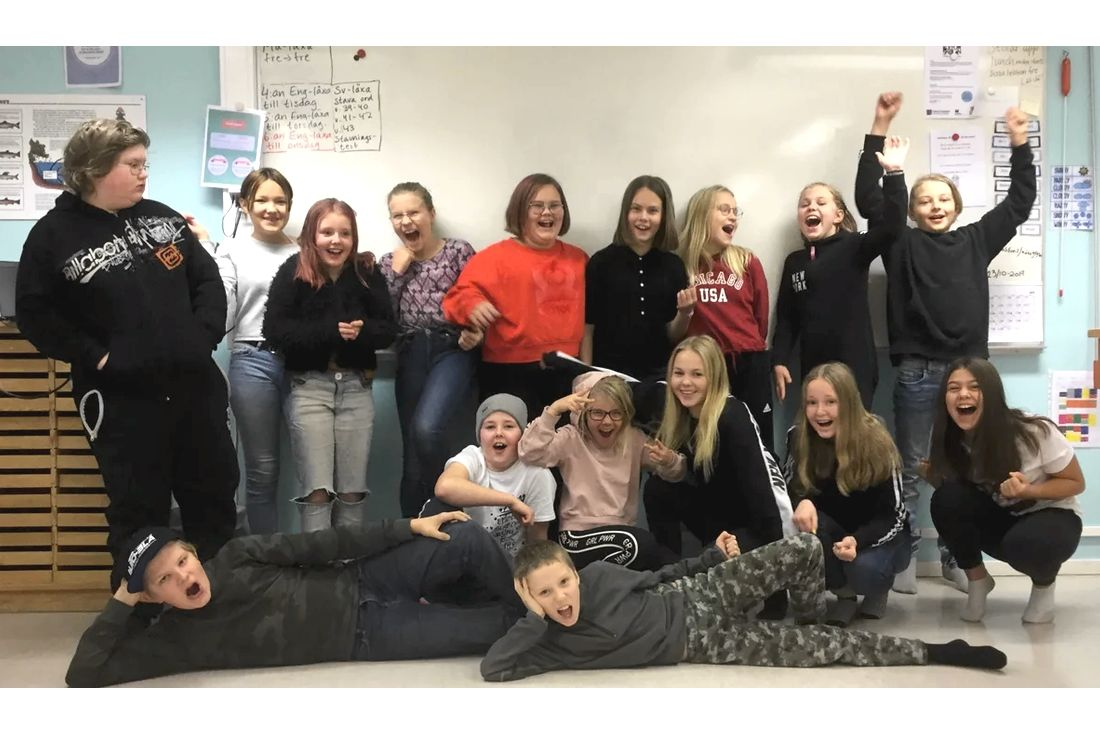 Glada elever från Blattnicksele skola i Sorsele när de fått reda på att de vunnit Vasaloppets Skolutmaning.
