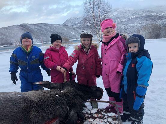 Barn i Løkta med elg