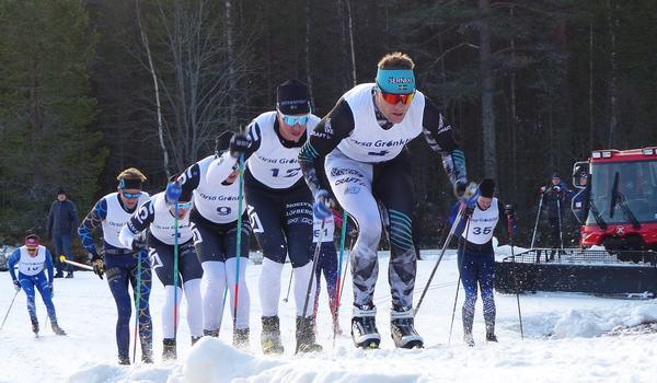 Tätklungan på långloppspremiären i Grönklitt i fjol med Jimmie Johnsson och Emil Persson i front. På lördag är det dags igen. FOTO: Johan Trygg/Längd.se.