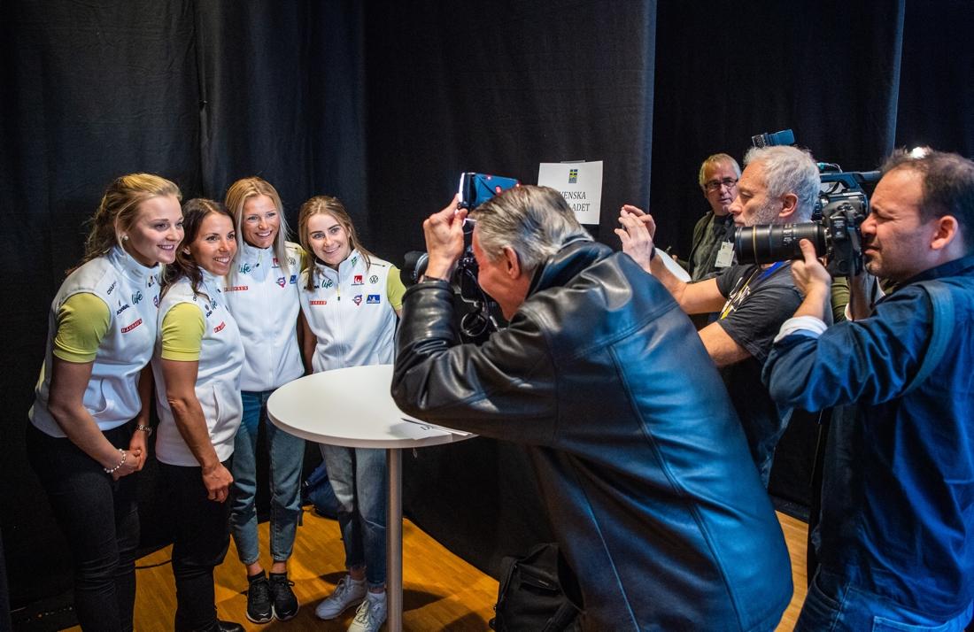 VM-stafetthjältarna Stina Nilsson, Charlotte Kalla, Frida Karlsson och Ebba Andersson var hårt uppvaktade på landslagets mediadag. FOTO: Bildbyrån/Simon Hastegård.