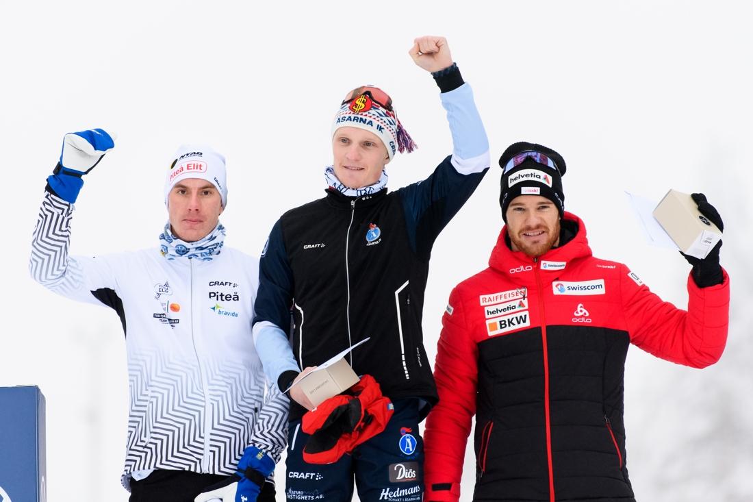 Johan Häggström, Jens Burman och Dario Cologna på pallen. FOTO: Bildbyrån/Mathias Bergeld.