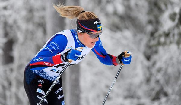 Frida Karlsson sparade inte på krutet i säsongspremiären i Gällivare och vann 6,2 sekunder före Charlotte Kalla. FOTO: Bildbyrån/Mathias Bergeld.