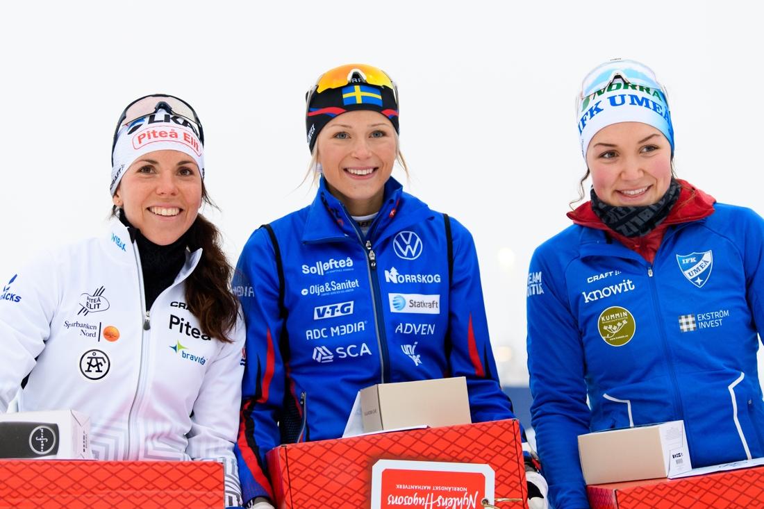 Charlotte Kalla, Frida Karlsson och Moa Lundgren. En glad trio på pallen i Gällivare. FOTO: Bildbyrån/Mathias Bergeld.