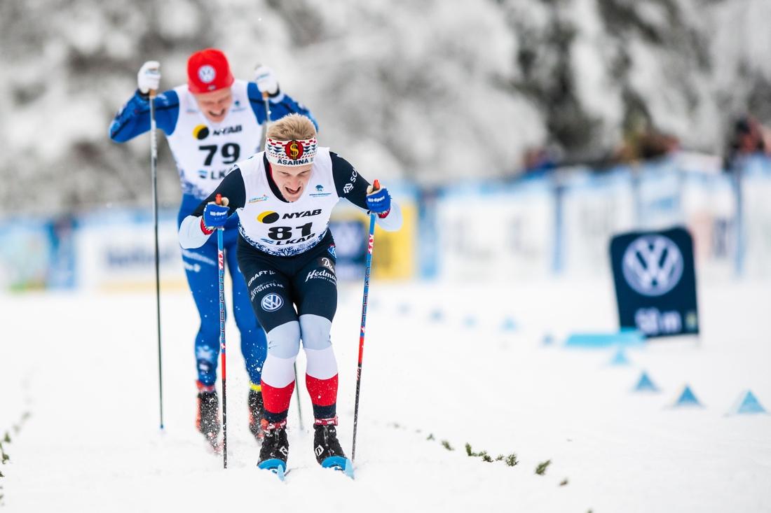 Jens Burman på väg mot mål med Axel Ekström i släptåg. FOTO: Bildbyrån/Mathias Bergeld.