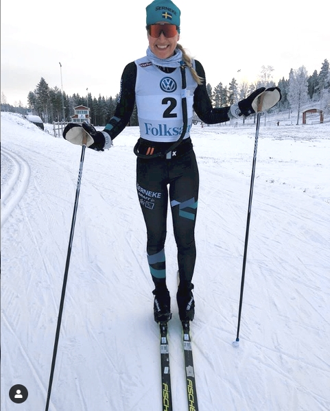 Magdalena har tränat med nummerlapp och vätskebälte hemma på Lindbäckstadion i Piteå under förberedelserna inför Ski Classicspremiären. FOTO: Instagram/magdalenapajala.