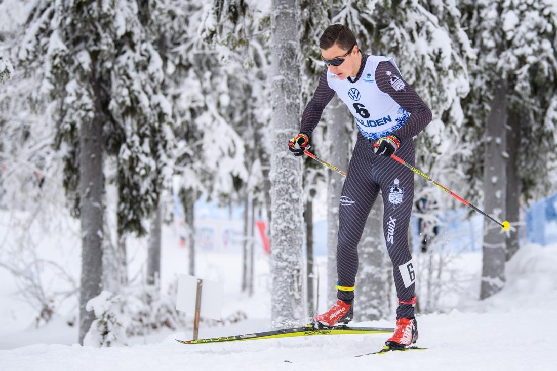 Max i Offerdals klubbdräkt iGällivare, med skejtpjäxor och stakskidor på fötterna under den klassiska sprinten. FOTO: Bildbyrån/Mathias Bergeld.