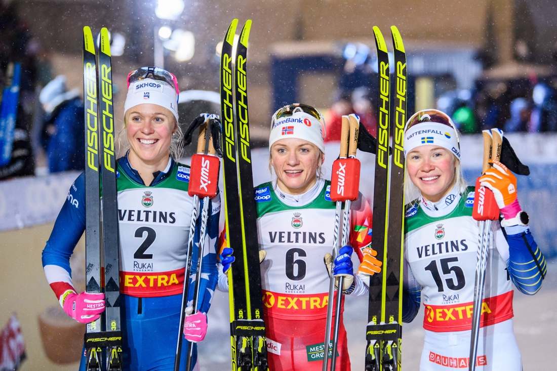 Sprintpallen i Ruka med Sadie Bjornsen, Maiken Caspersen Falla och Jonna Sundling. FOTO: Bildbyrån/Carl Sandin.