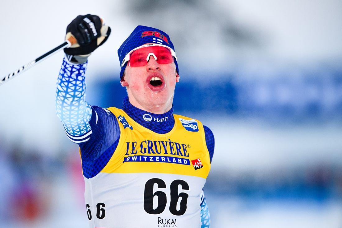 Iivo Niskanen jublar som segrare på 15 kilometer klassisk stil i Ruka inför hemmapubliken. FOTO: Bildbyrån/Carl Sandin.