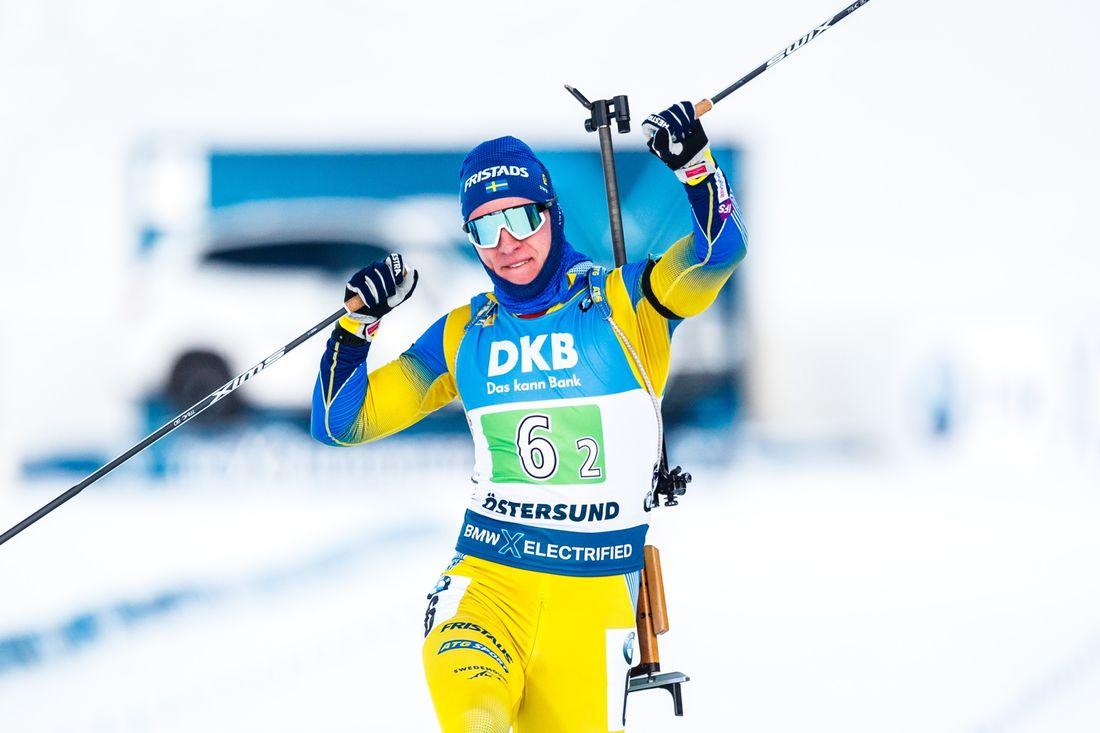 Sebastian Samuelsson jublar på mållinjen här han förde Sverige till seger i single mix-stafetten i Östersund. FOTO: Bildbyrån/Johan Axelsson.