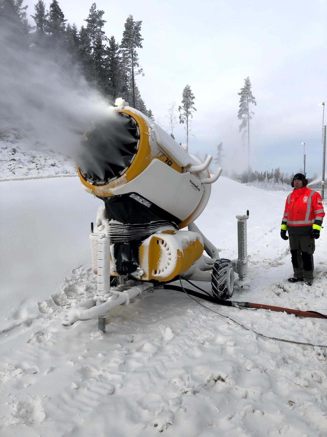 I Tranemo har man sprutat stora mängder snö de senaste dagarna. FOTO: Christian Olsson.