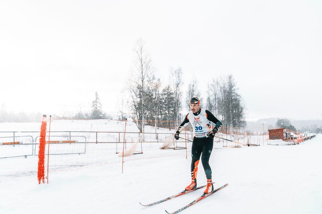 Det blir inget rekordförsök på 24 timmar för Teemu Virtanen på lördag. Värmen har gjort att man inte kunnat producera snö till evenemanget på Stockholms Stadion. FOTO: Oscar Sey.